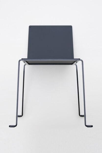 Chaise en métal noir intérieur et extérieur avec dossier interchangeable en pmma mat.
