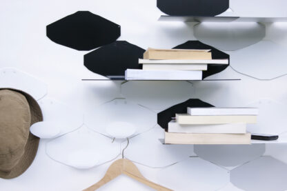 porte manteau et étagères murales Hyphens avec livres couchés, cintre et chapeau