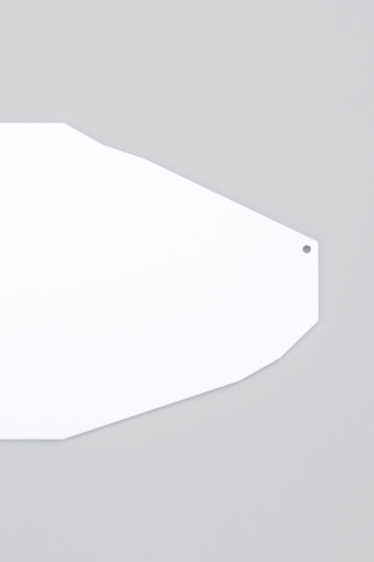 Objet de décoration murale aux formes géométriques en métal laqué blanc.