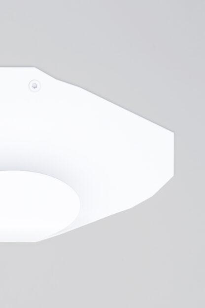 Patère murale blanche au design géométrique et anguleux en métal laqué.