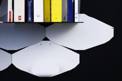 Patère murale blanche au design anguleux et tablette murale avec livres
