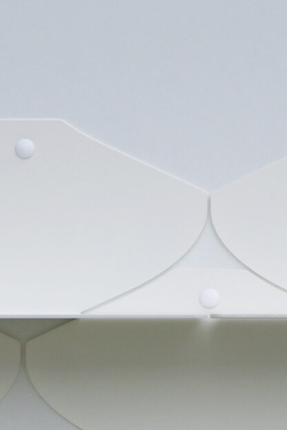 Étagère murale blanche en métal dans une finition texturée mat.