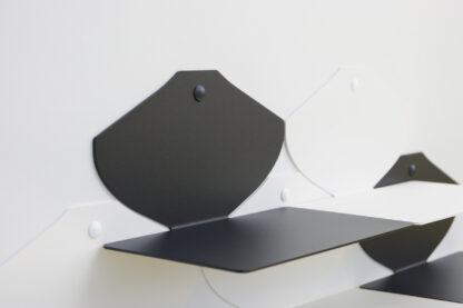 Petite étagère murale noir mat de 22,5 cm de longueur et 13 cm de profondeur.
