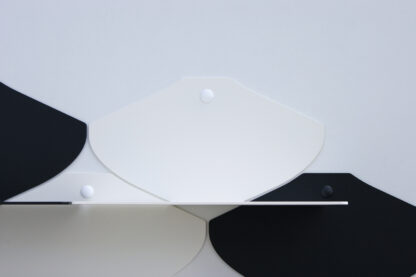 Mini étagère murale blanche en métal, combinable, dans une finition poudrée mate.
