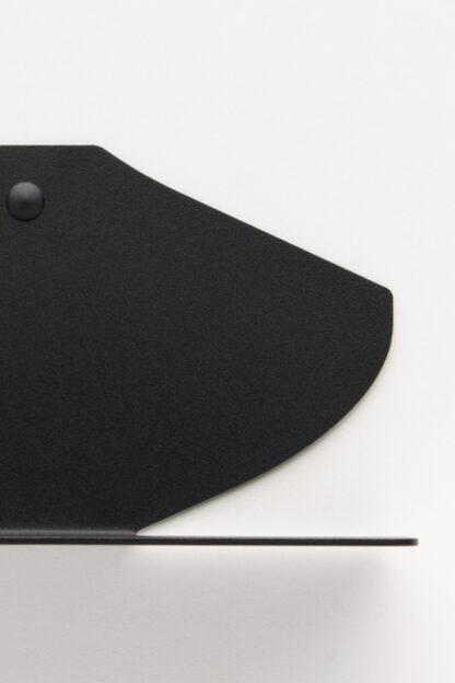 Étagère murale dans une finition noir mat texturé en tôle pliée.
